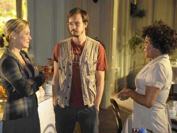 Janice (Dhu Moraes) e Júlia ficam surpresas com a atitude de Cristiano (Paulo Vilhena) (Foto: TV Globo/Renato Rocha Miranda)