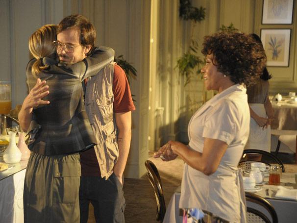 Ele oferece a Júlia (Adriana Esteves) um jantar de comemoração de casamento (Foto: TV Globo/Renato Rocha Miranda)