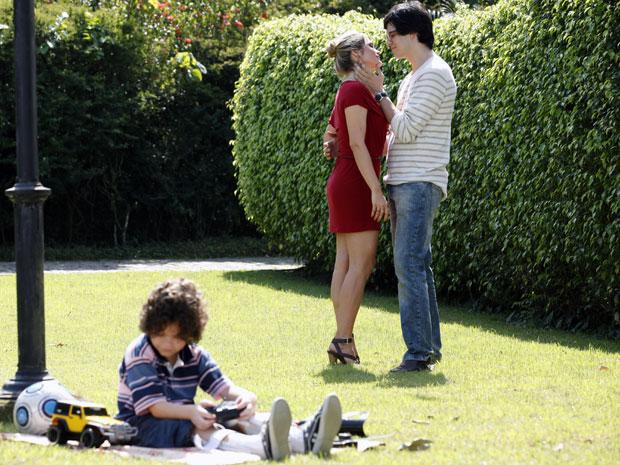 Naomi diz para Ícaro que sente ciúmes de sua amizade com Júlia (Foto: TV Globo/ Morde Assopra)