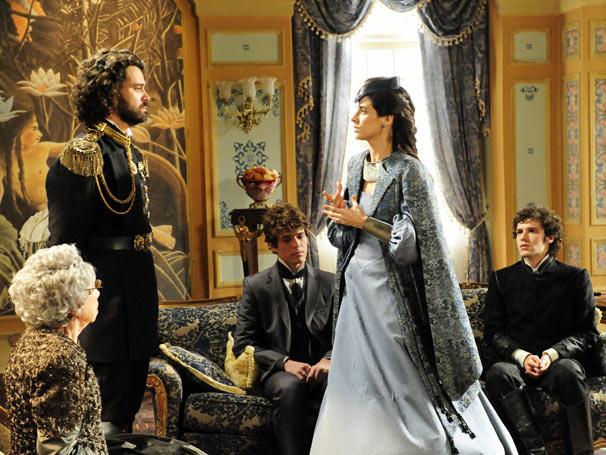 Rainha Helena (Mariana Lima) chega ao Brasil e traz más notícias para rei Augusto (Carmo Dalla Vecchia)   (Foto: TV Globo / João Miguel Júnior)