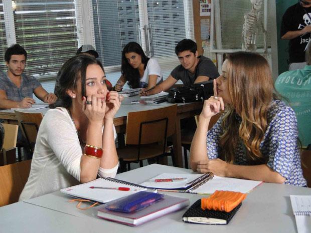 Catarina revela a Babi que começou a namorar Guilherme e Pedro ouve (Foto: TV Globo/ Malhação)