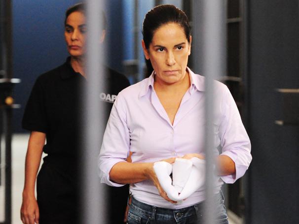 Norma (Glória Pires) foi presa por um crime que Léo (Gabriel Braga Nunes) cometeu (Foto: TV Globo/João Miguel Júnior)