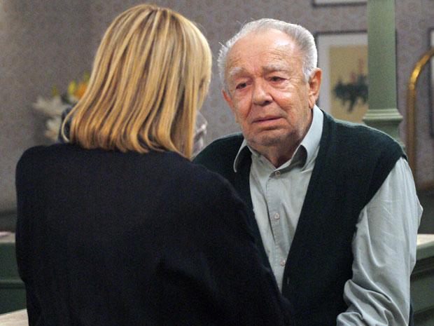 Júlia comunica ao avô que conseguiu uma casa para os dois morarem (Foto: TV Globo/Morde & Assopra)