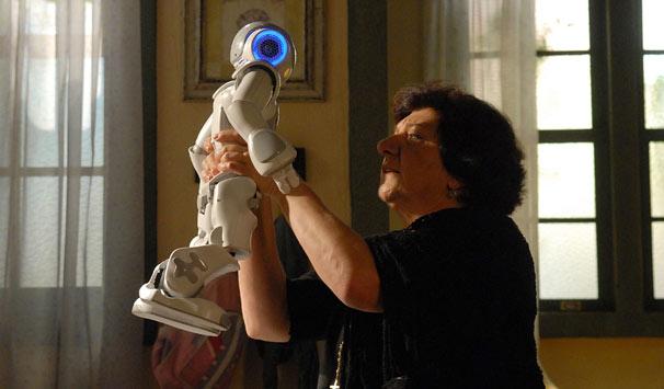 Salomé (Jandira Martini) acaba levando um choque do robô, que não está disposto a ajudá-la (Foto: Alex Carvalho/ TV Globo)