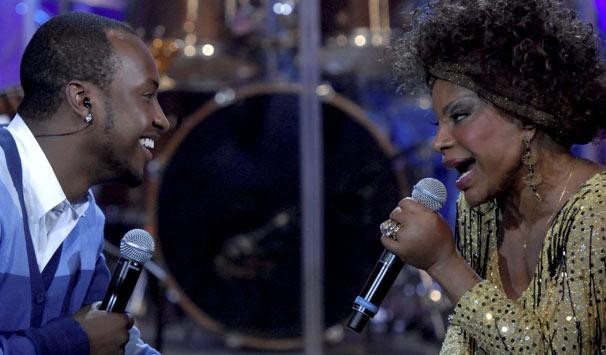 Elza Soares e Thiaguinho, vocalista do Exaltasamba, cantam 'Mulata Safada' (Foto: Marcio Nunes/ TV Globo)