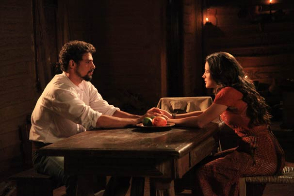 Jesuíno (Cauã Reymond)  e Açucena (Bianca Bin) conversam (Foto: TV Globo/Rafael França)