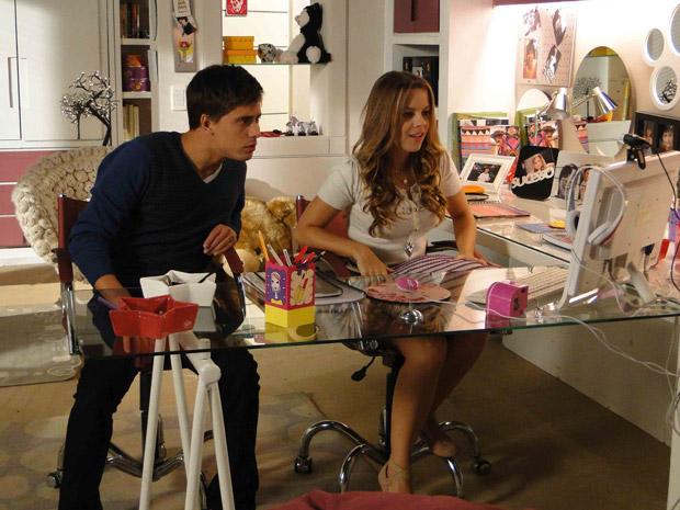 Catarina e Guilherme encontram uma menina parecida com Raquel em uma das fitas de segurança do shopping (Foto: TV Globo/ Malhação)