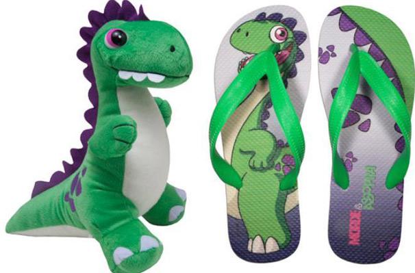 Chinelos e dinossauro Cyber, boneco inspirado na abertura da novela, estão disponíveis no portal Globo Marcas  (Foto: Divulgação TV Globo)