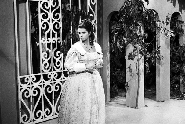 Leila Diniz vivia a protagonista Anastácia, jovem abandonada em uma floresta que descobre ser filha do último czar russo (Foto: CEDOC/ TV Globo)