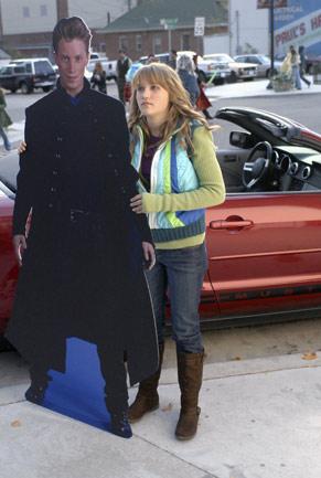 Melissa (Emily Osment) quer a atenção do pai, mas vive à sombra do herói dos livros que ele escreve (Foto: Divulgação)