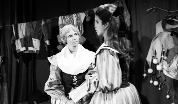 Leila Diniz em cena com Miriam Pires, intérprete da personagem que ajudou a criar Anastácia (Foto: CEDOC/ TV Globo)