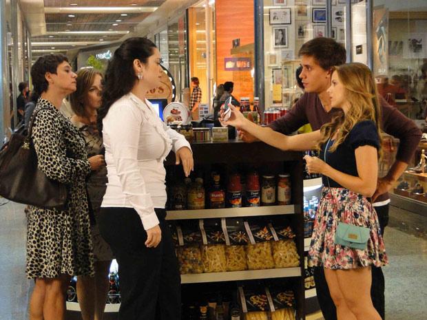 Catarina e Guilherme procuram por Raquel em shopping (Foto: TV Globo/ Malhação)