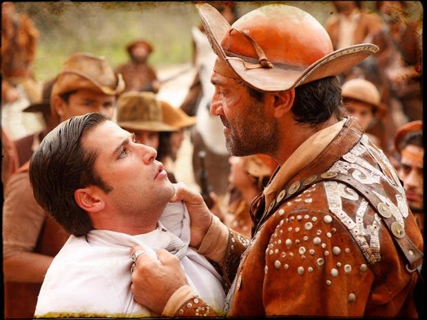 Timóteo se surpreende ao saber que Jesuíno é filho de Herculano (Foto: TV Globo/ Cordel Encantado)