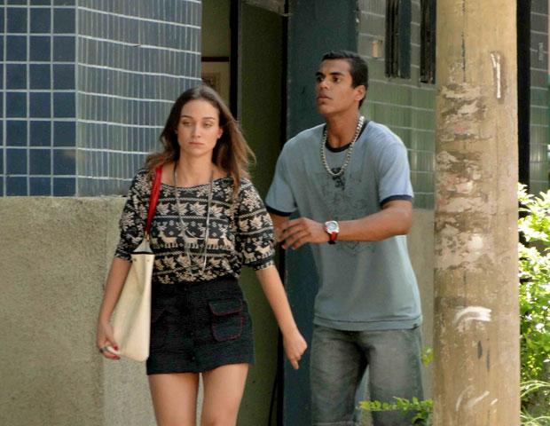 Maicon e Babi discutem e acabam esquecendo Julinha no táxi (Foto: TV Globo/ Malhação)