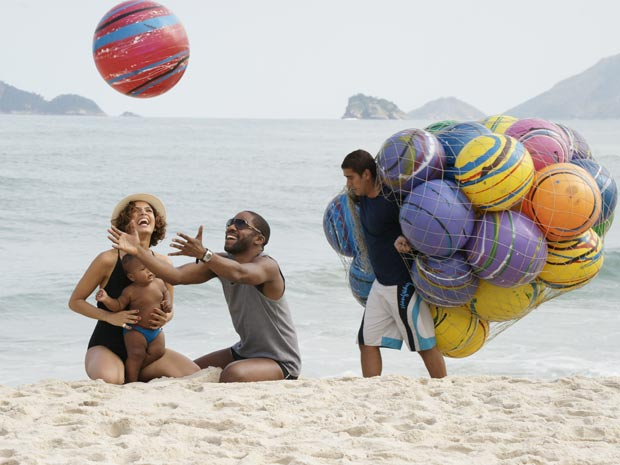 André, Carol e Antônio se divertem na praia (Foto: TV Globo/ Insensato Coração)