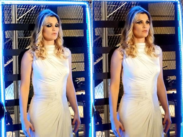 Zariguim vê a Naomi robô no laboratório e resolve ligá-la (Foto: TV Globo/ Morde & Assopra)