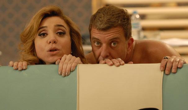 Valéria (Marisa Orth) e Nelson (Jorge Fernando) são flagrados pelos colegas no maior amasso (Foto: Marcio Nunes/ TV Globo)
