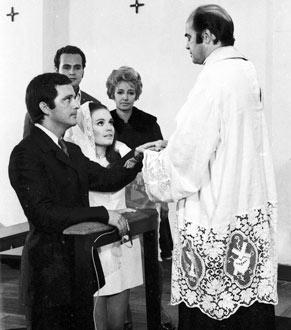 Após a decepção no dia do casamento com Luciano (Geraldo Del Rey), Andréa (Regina Duarte) se apaixona por Marcelo (Cláudio Marzo), com quem se casa (Foto: CEDOC/ TV Globo)