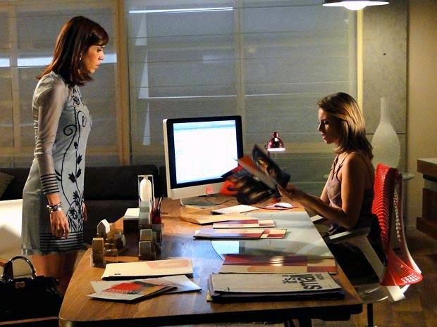 Marina recebe fotos comprometedoras de Léo (Foto: TV Globo/ Insensato Coração)