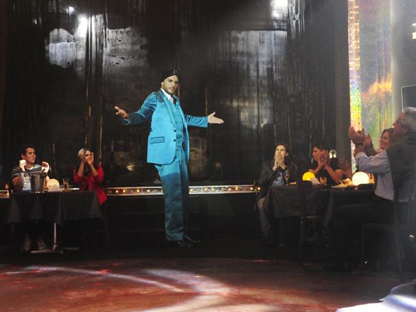 Herculano Quintanilha (Rodrigo Lombardi) se apresenta em uma casa de shows no Centro do Rio de Janeiro (Foto: TV Globo/ João Miguel Júnior)