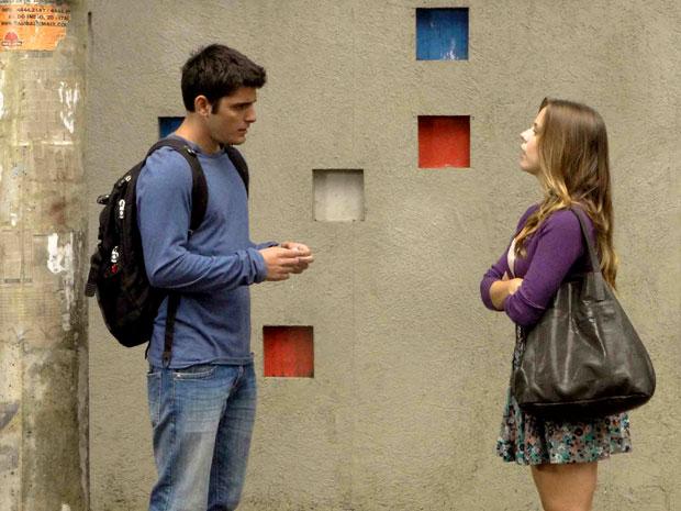 Catarina devolve a corrente que Pedro lhe deu quando ainda namoravam (Foto: TV Globo/ Malhação)