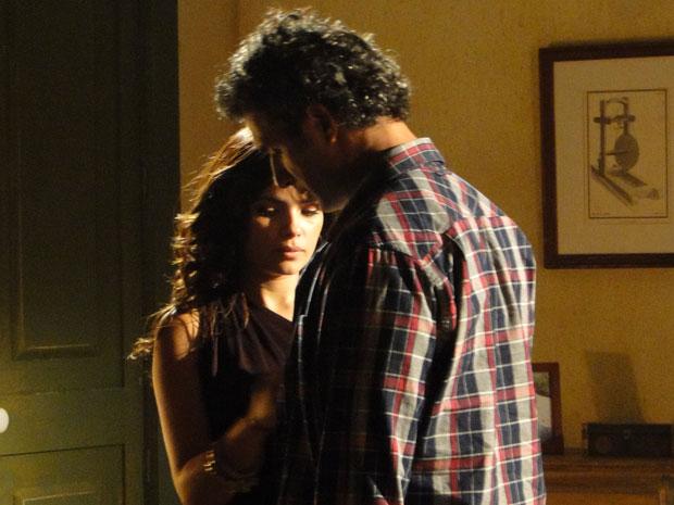 Abner confunde Celeste com Júlia e a beija (Foto: TV Globo/ Morde & Assopra)