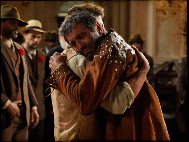 Jesuíno reconhece Herculano como pai e tenta impedir Batoré de levá-lo para a prisão (Foto: TV Globo/ Cordel Encantado)