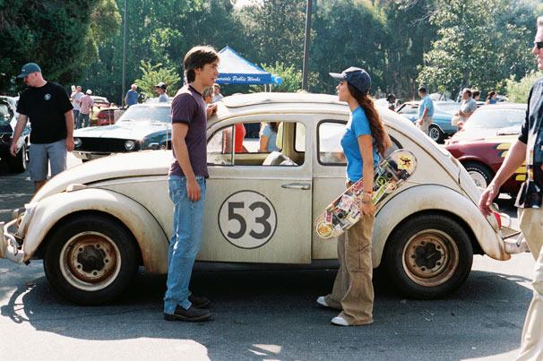 Maggie leva Herbie para uma corrida de carros (Foto: Divulgação)