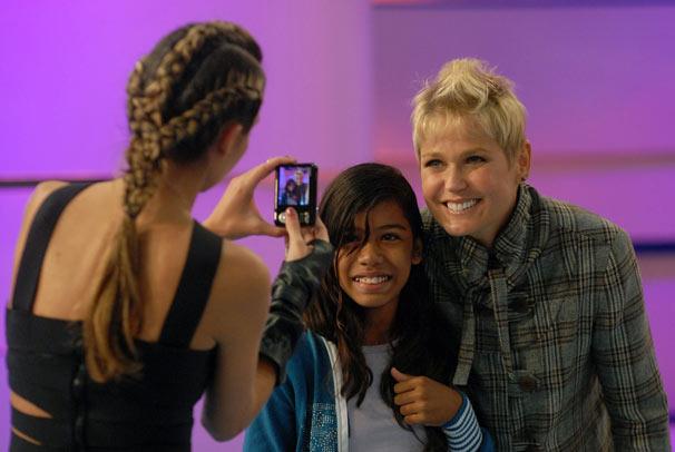 Fã tira foto com Xuxa e registra o penteado moicano da apresentadora (Foto: TV Globo/Alex Carvalho)