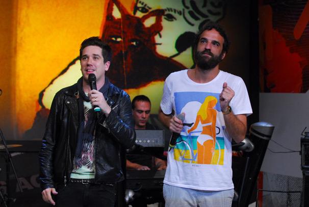 Rogério Flausino e Marcelo Camelo cantam juntos (Foto: TV Globo/Zé Paulo Cardeal)