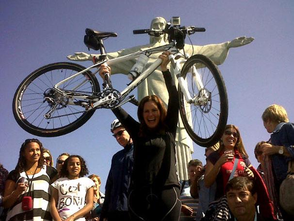 No episódio exibido no domingo, 12, a apresentadora subiu de bicicleta o caminho que leva ao Cristo Redentor, no Rio (Foto: TV Globo/ Divulgação)