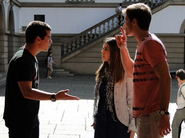 Vinícius fica irritado quando Rafa pede para conversar com Cecília (Foto: TV Globo/ Insensato Coração)
