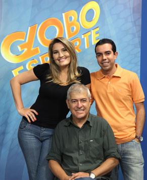 Os apresentadores se divertem no ar, fazendo brincadeiras uns com os outros (Foto: Divulgação/ TV Globo)