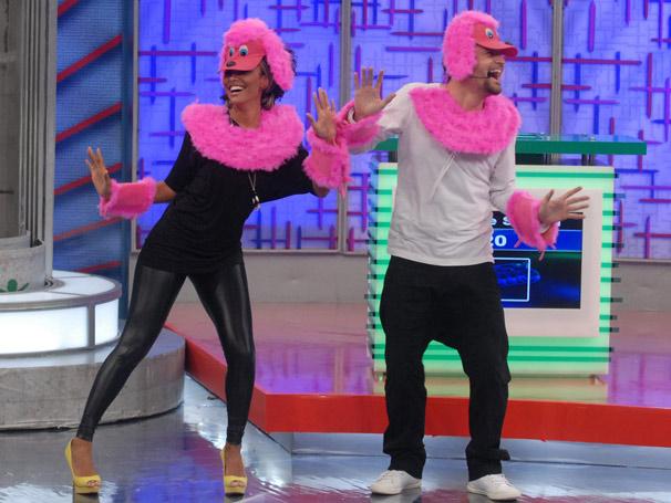 Sheron e Saulo pagam mico e dançam fantasiados de cachorrinho cor de rosa (Foto: TV Globo/ Blenda Gomes)