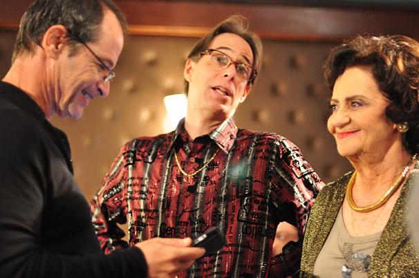 Guel Arraes, Laura Cardoso e Pedro Cardoso juntos nos bastidores de A Grande Família (Foto: TV Globo / Estevam Avellar)