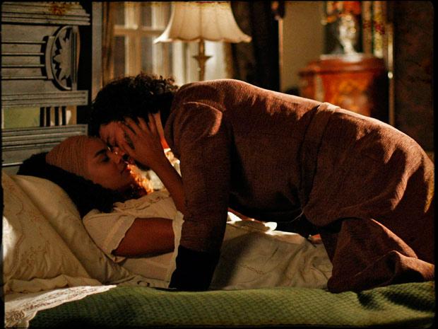 Cordel Encantado - Cesária e Rei Augusto têm primeira noite de amor (Foto: Divulgação TV Globo)