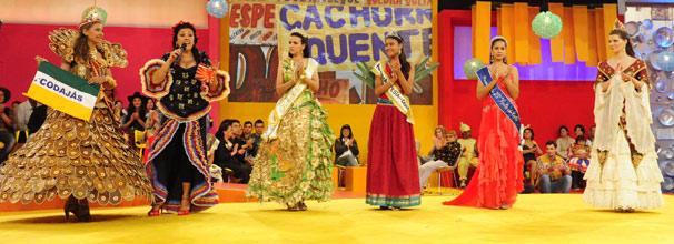 Regina Casé entrevista princesa e rainhas de festas regionais (Foto: TV Globo/ João Miguel Júnior)