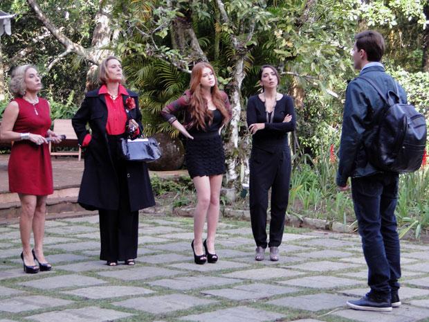 Minerva e Alice denunciam Guilherme para Augusta (Foto: TV Globo/ Morde & Assopra)