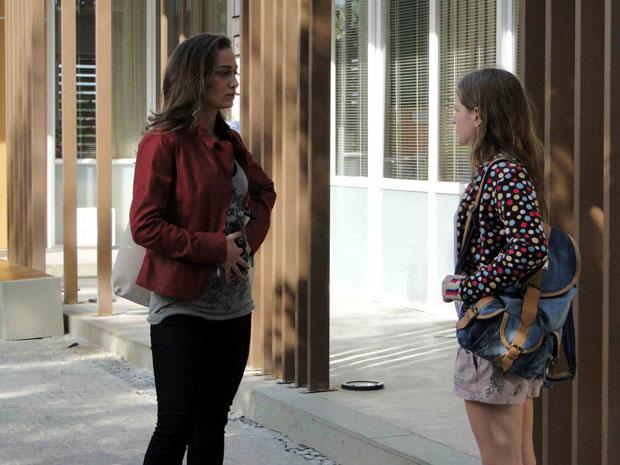Laura conta para Babi que viu Tereza abraçar Pedro (Foto: TV Globo/ Malhação)