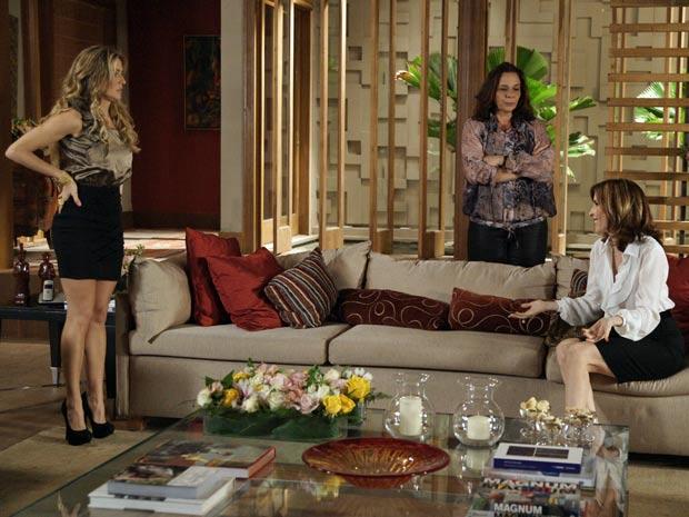 Eunice é a primeira a chegar para o chá de Natalie, que fica apreensiva com a demora de suas convidadas (Foto: TV Globo/ Insensato Coração)