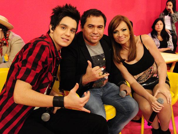 Luan Santana posa nos bastidores com Xandinho e Solange (Foto: TV Globo/João Miguel Júnior)