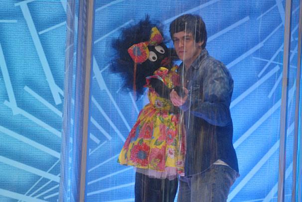 Mateus Solano dança na Sala da Injustiça (Foto: TV Globo/Blenda Gomes)