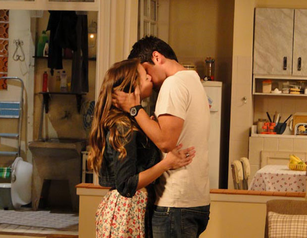Pedro beija Catarina (Foto: TV Globo/ Malhação)