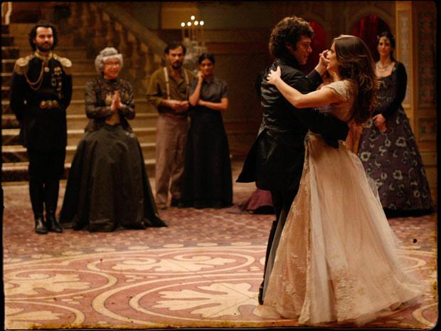 Açucena dança com Felipe como uma verdadeira princesa (Foto: TV Globo/ Cordel Encantado)