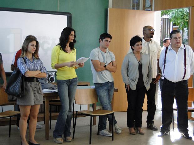 Tereza encerra a reunião dizendo que vai deixar o colégio e Catarina aparece com a prova de que nada aconteceu entra Pedro e a diretora (Foto: TV Globo/Malhação)