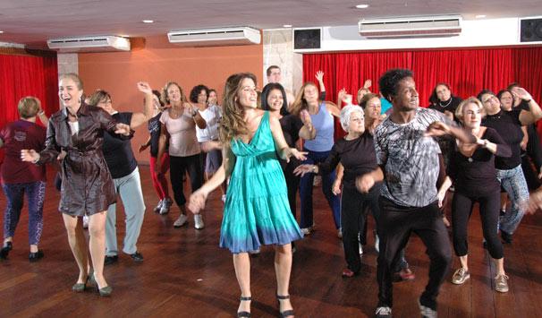 Angélica se diverte durante aula de dança com Ingrid Guimarães e Luis Miranda (Foto: Divulgação/ TV Globo)
