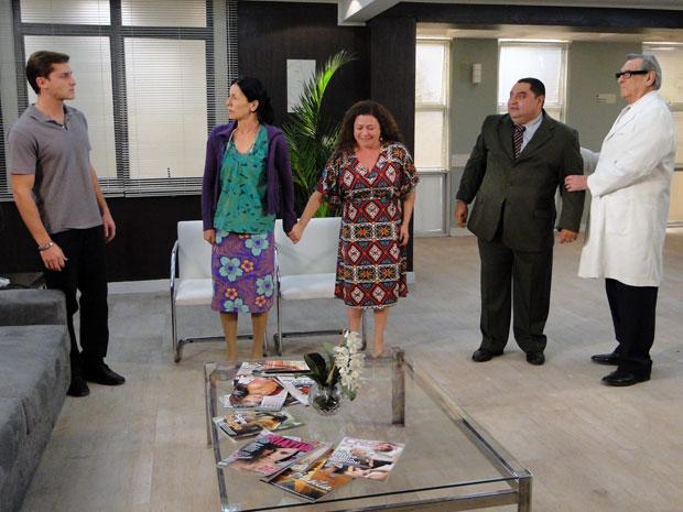 Herculano e Anecy se oferecem para criar o neto e Guilherme concorda (Foto: TV Globo/Morde & Assopra)