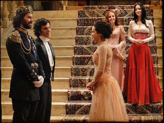 Todos no baile admiram Açucena (Foto: TV Globo/ Cordel Encantado)