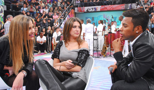 A modelo Ana Beatriz Barros, a atriz Fernanda Paes Leme e o jogador Robinho no palco do programa (Foto: Zé Paulo Cardeal/ TV Globo)