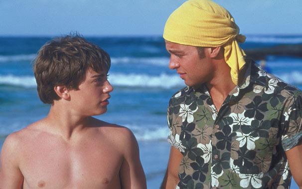 Michael e Tommy são perseguidos e ficam presos em uma ilha deserta (Foto: Divulgação)